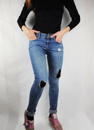 Голубые рванные узкие джинсы h&m