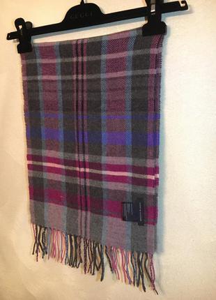 Отличный шарф от известного бренда tommy hilfiger.