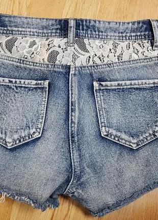 Короткие рваные джинсовые шорты с кружевом f&f