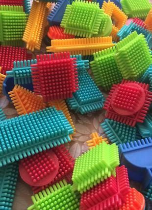 Игольчатый конструктор bristle blocks строитель 112 деталей  battat