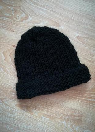 Черная шерстяная шапка крупной вязки