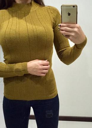 Стильный горчичный свитер гольф в рубчик