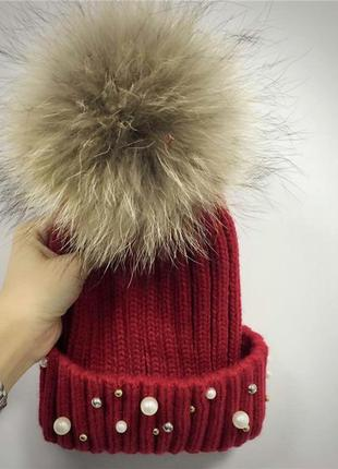 Женская теплая вязаная шапка с меховым бубоном помпоном и бусинами бордовая