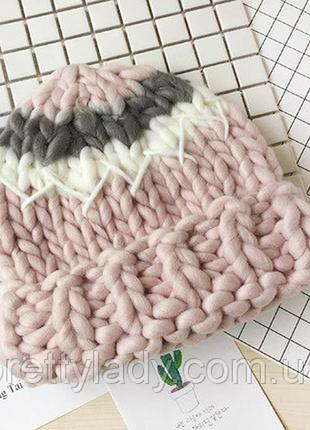 Женская шапка крупной вязки трехцветная: розовая