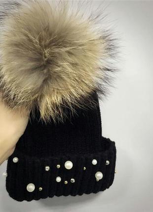 Женская теплая вязаная шапка с меховым бубоном помпоном и бусинами черная