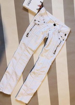 Белые приталенные штаны с якорями