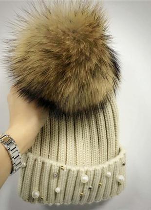 Женская теплая вязаная шапка с меховым бубоном помпоном и бусинами бежевая