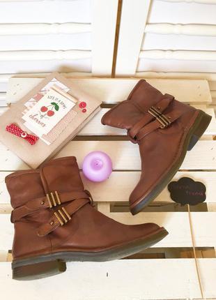 Стильные зимние кожаные ботинки полусапожки с ремешками на низком ходу