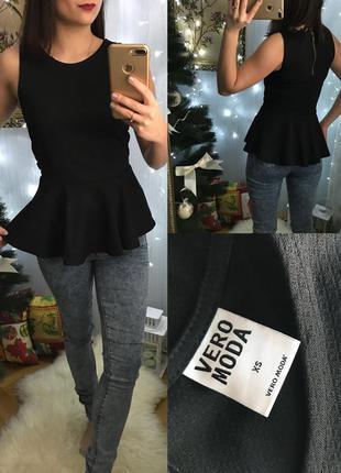 Роскошная чёрная структурная блуза с баской vero moda