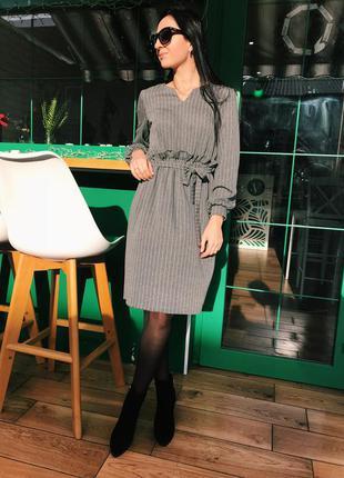 Стильное женское платье в полоску трикотажное с рюшей под пояс