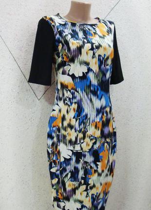 Красивое модное фирменное платье в цветы