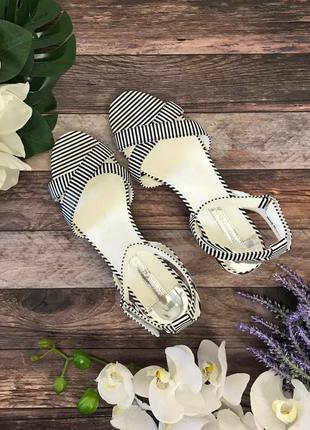 Легкие сандалии на низком устойчивом каблуке dorothy perkins   sh180341