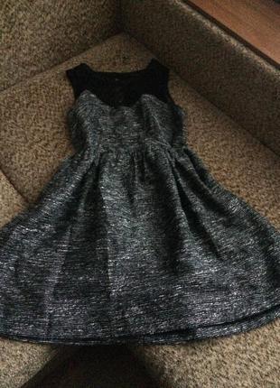 Красивое серебристо серое платье с гипюровой вставкой