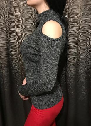 Свитер с люриксом и голыми плечами