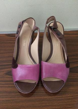 Кожаные босоножки clarks (кларкс)  на каблуке