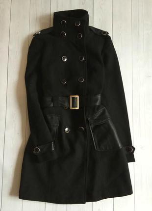 Красивое пальто в стиле милитари с кожаными карманами