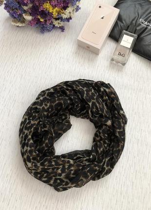 Шарф - платок леопардовой расцветки .