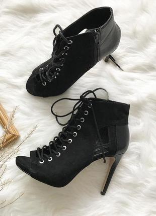 Красивые туфельки со шнуровочкой)