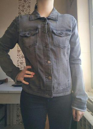 Серая джинсовая курточка only