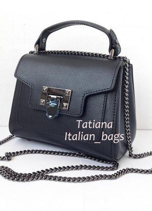 Маленькая кожаная сумочка на цепочке. трендовая модель. италия.