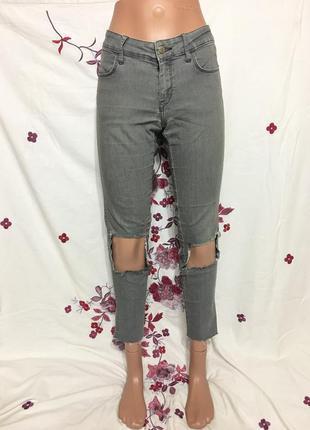 Красивые серые джинсы коттоновые с вырезами на коленях укороченные