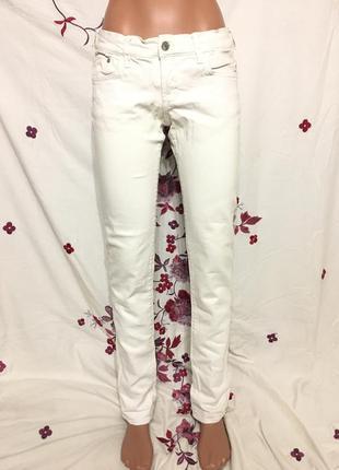 Белые джинсовые брюки джинсы / есть два пятнышка / низкая цена