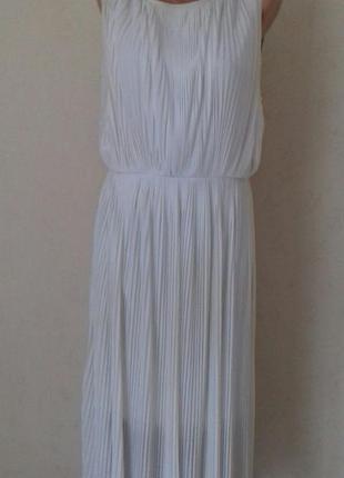Красивое кремовое плиссированное платье