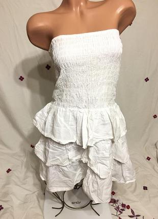 Стильное белое платье бандо бюстье с рюшами на резинках / летнее