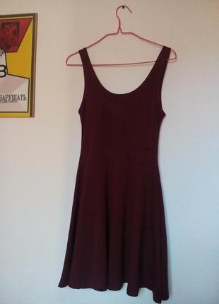 Женское стильное платье в обтяжку бордового цвета длины миди
