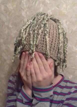 Оригинальная зимня шапка с косичками