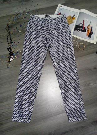 Крутые зауженые брюки в принт
