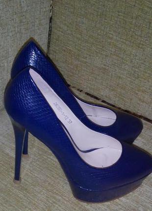 Синие туфли на платформе и высоком  каблуке