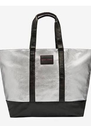 Серебристая сумка фирмы victoria´s secret  на молнии