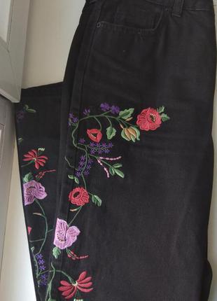 Джинсы с вышивкой и высокой талией, трендовая модель