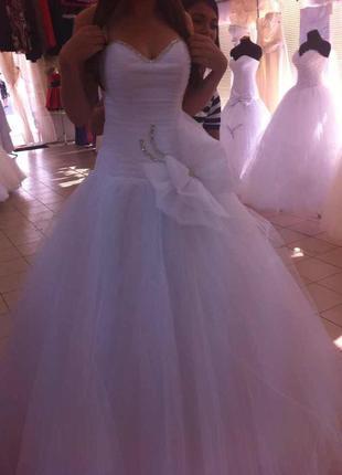 Нежное платье с большим бантом и заниженной талией