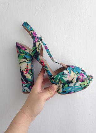 Яркие босоножки на устойчивом каблуке