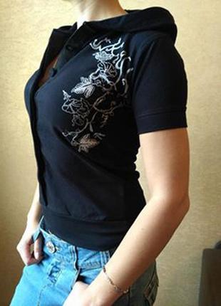 Симпатичная ладненькая футболка с капюшоном