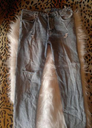 Джинсы бойфренды с матней и с дырками на коленях на болтах плотный джинс