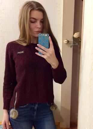 Крутой свитер цвета марсала со змейками и помпонами