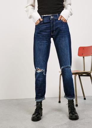 Крутейшие джинсы-бойфренды с дырками bershka