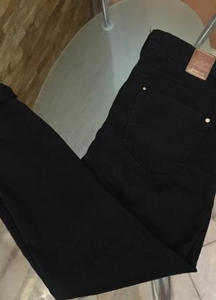 Черные джинсы с дырками на коленях stradivarius