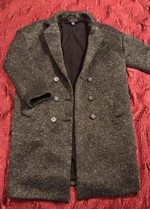 Темно-серое пальто . осень
