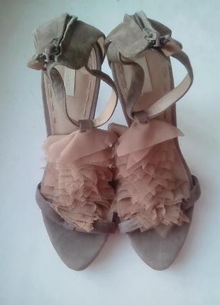 Шикарные замшевые босоножки на высоком каблуке zara.