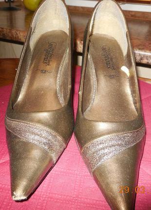 Туфли медного цвета.