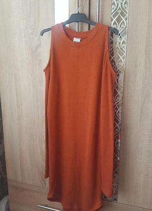 Платье в рубчик с открытыми плечами