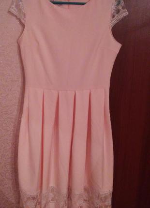 Нежное пудровое платье с поясом