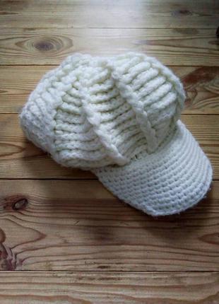 Крутая модная вязаная белая кепка hend made, шапка с козырьком.