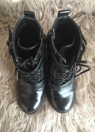 Стильные осенние ботинки на каблуке