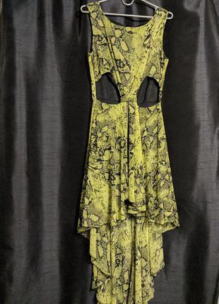 Платье  змеиный принт,стильное, смотриться  сног сшибательно. подойдёт на 46-48 размер.