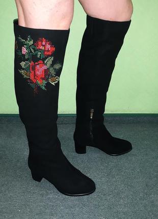 Тренд сезона! замшевые зимние ботфорты на широком каблуке с вышивкой